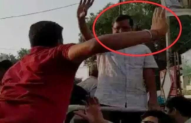 अरविंद केजरीवाल को रोड शो के दौरान एक शख्स ने मारा थप्पड़